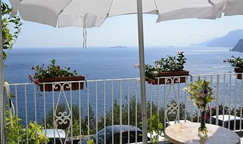 bed and breakfast guest house: Positano Villa Sleeps 4 Pool Air Con WiFi